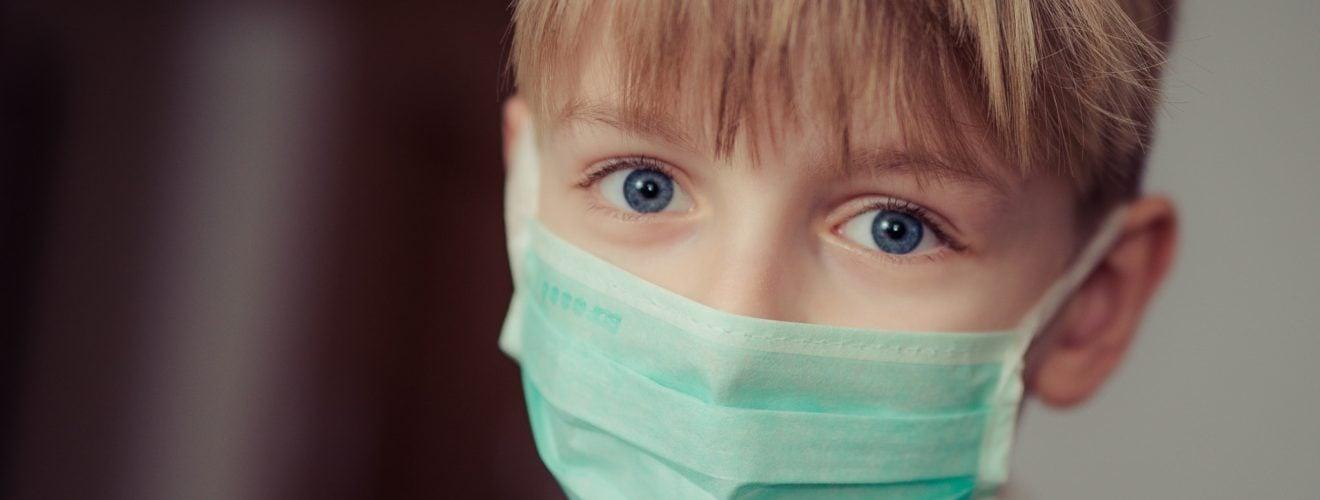 boy wearing medical surgical mask 口罩戴起來!12月起八大場所拒配戴 罰款1萬5