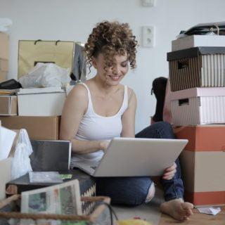 Happy buy female shopaholic laptop shopping online EZ WAY 易利委:海外包裹快遞收貨人實名認證沒有 Web 網頁版
