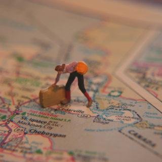Doll luggage map woman 外國網咖 Internet Cafe 裡孤寂的自助旅行者鄉愁(超稀有中文輸入法)